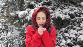 Dieses Video ist über die schöne junge kaukasische Frau, die warmer gefrorener Handatem-springenden Winter versucht stock video footage