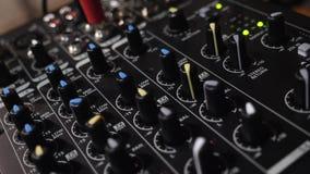 Dieses Video ist über Toningenieurmusikkonsole mit Griffen stock video footage