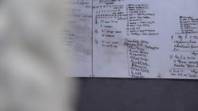 Dieses Video ist über weißes Brett mit dem Ausbildungsplan in der Turnhalle auf der Wand lizenzfreie abbildung