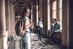 Dieses wird ein großes Jahr sein! Lächelnder Hochschulstudent, der auf dem Campus mit Freunden im Hintergrund steht stockbilder