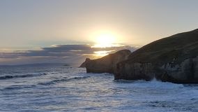 Dieses wurde entlang der Küstenlinie von Neuseeland genommen Es war ein extrem schöner Tag Es gibt hohe Klippe, hohe Bögen, Felse lizenzfreie stockbilder