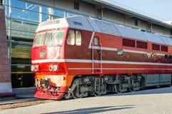 Dieslowska lokomotywa na platformie stacja kolejowa Obrazy Stock
