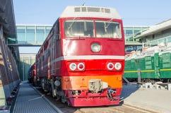 Dieslowska lokomotywa na platformie stacja kolejowa Zdjęcie Stock