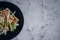 Diet-mat, sallad f?r ny gr?nsak med efterf?ljd av krabbapinnen som kryddas med soya och japansk sesam Klipp in i remsor royaltyfria foton