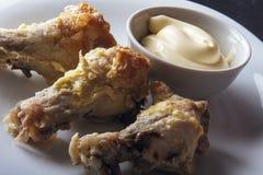 Diet-mellanmål från fega vingar med hemlagad majonnäs på den vita plattan Arkivbilder