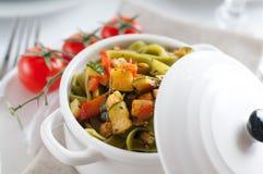 Diet-pasta med spenat, zucchinin och körsbärsröda tomater fotografering för bildbyråer