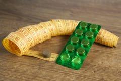 Diet pigułki i taśmy miara Obrazy Stock