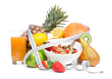 Diet väger förlustfrukostbegrepp med måttband Royaltyfri Fotografi