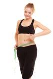 Dieta adelgace a la muchacha rubia con la cintura de la cinta métrica de la medida imagenes de archivo