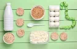 Dieta, alimento sano Bottiglia di yogurt, pane rotondo croccante, buckwh fotografia stock libera da diritti