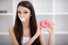 Dieta Chiuda sul fronte di giovane bella donna latina triste con mout immagine stock