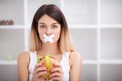 Dieta Chiuda sul fronte di giovane bella donna latina triste con mout fotografie stock
