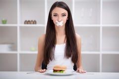 Dieta Ciérrese encima de cara de la mujer latina triste hermosa joven con el mout Fotografía de archivo