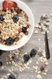Dieta ciężaru straty śniadanie, zdrowy życia pojęcie z domowym robić muesli z świeżymi owoc Fotografia Royalty Free