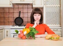 Dieta Concetto stante Alimento sano Bella giovane donna fotografie stock libere da diritti