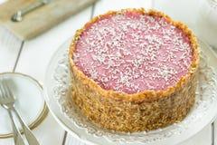 Dieta crua Berry Cheesecake Gluten-Free de Paleo do vegetariano com datas e cajus em um fundo de madeira branco claro Fotografia de Stock Royalty Free