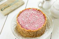 Dieta crua Berry Cheesecake Gluten-Free de Paleo do vegetariano com datas e cajus em um fundo de madeira branco claro Fotos de Stock