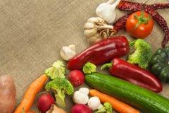 Dieta cruda de las verduras frescas Preparación del alimento vegetariano Menú vegetal Verduras orgánicas frescas en la tabla Comi Fotografía de archivo libre de regalías
