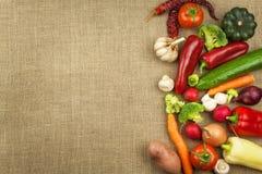 Dieta cruda de las verduras frescas Preparación del alimento vegetariano Menú vegetal Verduras orgánicas frescas en la tabla Comi imágenes de archivo libres de regalías