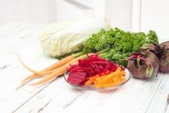 Dieta da desintoxicação com as beterrabas novas no fundo branco Fotografia de Stock