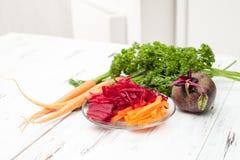 Dieta da desintoxicação com as beterrabas novas no fundo branco Fotos de Stock
