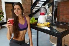 Dieta da desintoxicação Mulher saudável do ajuste que bebe o suco fresco do batido Fotos de Stock