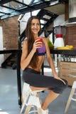 Dieta da desintoxicação Mulher saudável do ajuste que bebe o suco fresco do batido Imagem de Stock Royalty Free