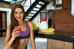 Dieta da desintoxicação Mulher saudável do ajuste que bebe o suco fresco do batido Imagens de Stock