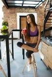 Dieta da desintoxicação Mulher saudável do ajuste que bebe o suco fresco do batido Fotografia de Stock Royalty Free