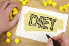 Dieta de la demostración de la nota de la escritura Los dietético de exhibición de la foto del negocio crean planes de la comida  Imagen de archivo