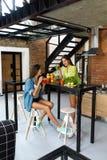 Dieta de la pérdida de peso Smoothie sano de la bebida de las mujeres de la consumición en cocina imagen de archivo libre de regalías