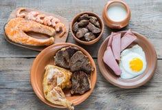 Dieta de la proteína: productos cocinados en el fondo de madera Fotos de archivo