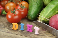 Dieta del segno fatta dalle lettere di legno e dalle verdure locali fresche Fotografia Stock Libera da Diritti