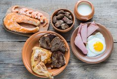 Dieta della proteina: prodotti cucinati sui precedenti di legno Fotografie Stock