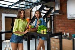 Dieta di perdita di peso Frullato sano della bevanda delle donne di cibo in cucina Fotografia Stock Libera da Diritti