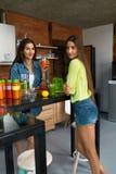 Dieta di perdita di peso Frullato sano della bevanda delle donne di cibo in cucina Fotografia Stock