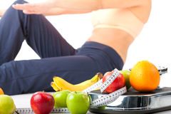 Dieta e esporte - a jovem mulher está fazendo sentar-UPS Imagens de Stock Royalty Free