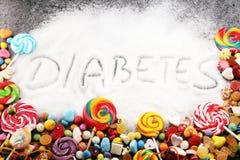 Dieta e perdita di peso, rifiuto del dolce testo del diabete con il concetto Descrizione dello zucchero nel nero dolci Problemi d fotografie stock