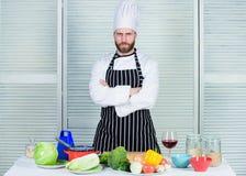 Dieta e vitamina culin?ria culin?ria Vegetariano org?nico cozinheiro no restaurante, uniforme cozinheiro chefe profissional que c imagens de stock royalty free