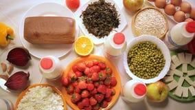 Dieta equilibrada Concepto sano del alimento Ingredientes para cocinar Visión superior almacen de metraje de vídeo