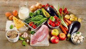 Dieta equilibrata, cucinare e concetto sano dell'alimento sulla tavola di legno Fotografie Stock
