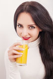 Dieta Estilo de vida saudável Uma moça que bebe o suco de laranja fresco Fundo branco Fotografia de Stock