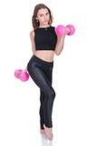 Dieta Giovane bella ragazza con le teste di legno rosa in sue mani La ragazza si esercita di sport Fotografie Stock