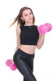 Dieta Giovane bella ragazza con le teste di legno rosa in sue mani La ragazza si esercita di sport Immagini Stock Libere da Diritti