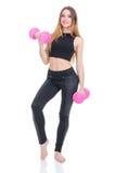 Dieta Giovane bella ragazza con le teste di legno rosa in sue mani La ragazza si esercita di sport Immagine Stock