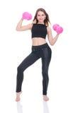 Dieta Giovane bella ragazza con le teste di legno rosa in sue mani La ragazza si esercita di sport Fotografia Stock Libera da Diritti