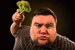 Dieta gruby mężczyzna je zdrowego jedzenie Zdrowy śniadanie z warzywami zdjęcia stock