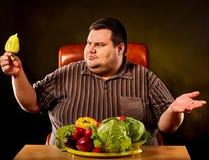 Dieta gruby mężczyzna je zdrowego jedzenie Zdrowy śniadanie z warzywami Zdjęcie Royalty Free