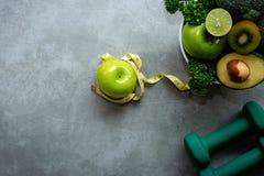 Dieta i Zdrowy ?ycie straty ci??aru poj?cie Zielony jab?ko i ci??ar skala klepni?cia z miara obrazy royalty free