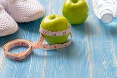 Dieta i Zdrowy ?ycie straty ci??aru poj?cie Zielony jab?ko i ci??ar skala klepni?cia z miara obraz royalty free